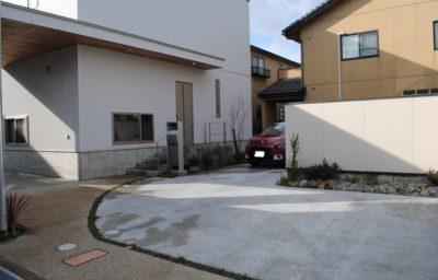 伸びやかな曲線アプローチ/石川県/金沢市